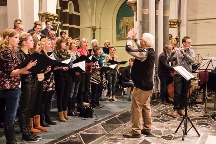 Het koor repeteert in de voormalige katholieke kerk in Klundert voor het kerstconcert op zaterdag 20 december 2014.