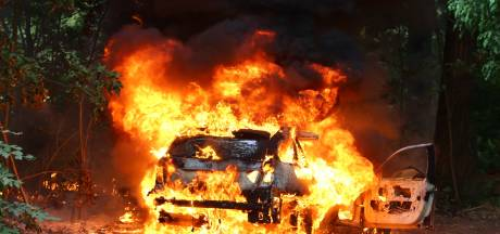 Auto volledig uitgebrand op zandpad in Boxtel