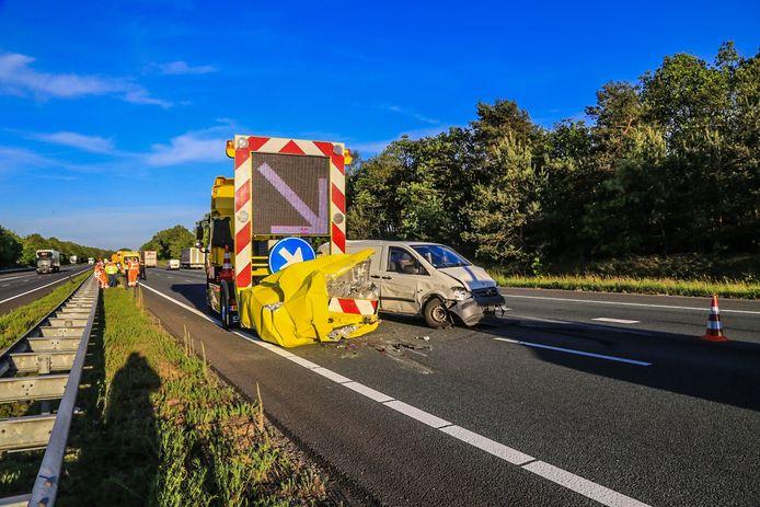 Busje botst op wegafzetting op A67 bij Asten.