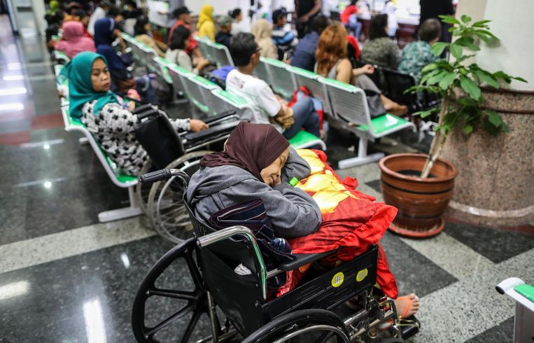 Getroffen door WannaCry: wachten bij de balie van het Dharmais-ziekenhuis in Jakarta, Indonesië. Beeld EPA