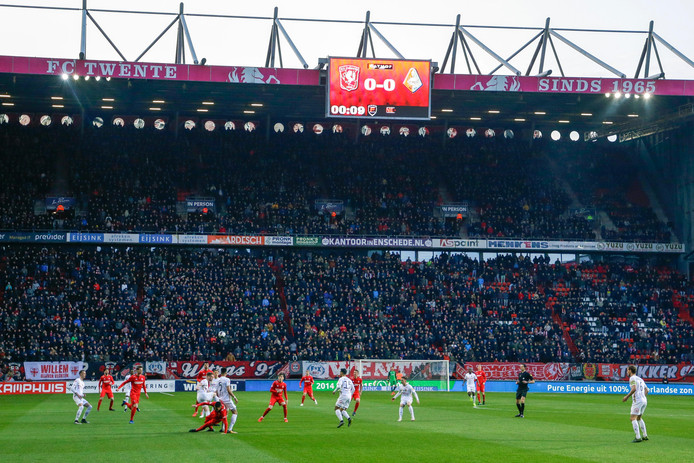 Volgepakte tribunes bij de wedstrijd tegen Telstar.