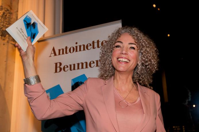 Antoinette Beumer bij de presentatie van haar debuutroman Mijn vader is een vliegtuig.