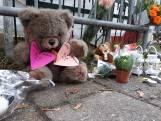 Papendrecht staat stil bij familiedrama: kaarsjes en knuffels bij woning Cremerstraat