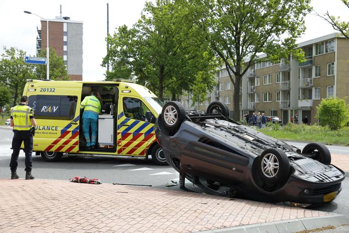 Auto op z'n kop bij ongeluk in Oosterhout