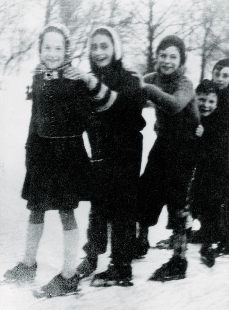 Anne Frank schaatsend met andere kinderen Beeld Anne Frank Stichting