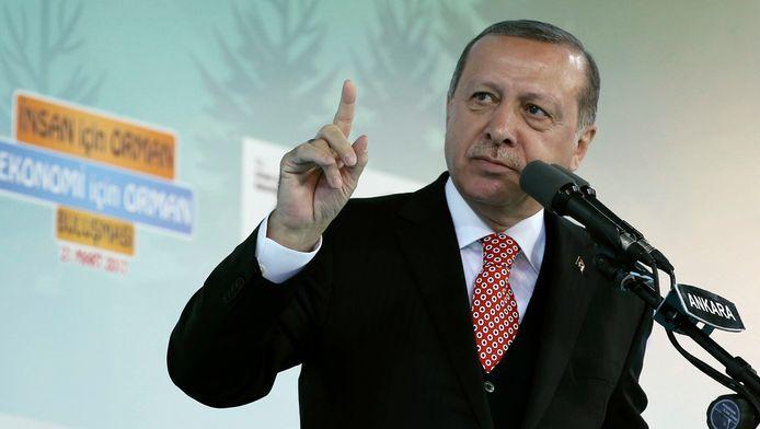 """Le président turc Recep Tayyip Erdogan a déclaré mercredi qu'aucun Européen ne pourrait plus """"faire un pas dans la rue en sécurité"""" si l'Union européenne (UE) maintenait envers la Turquie une attitude qu'il a jugée hostile."""