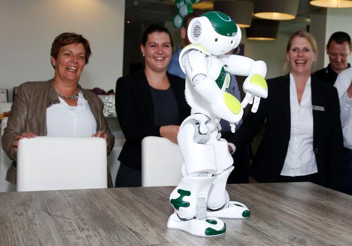 Robot Hugo doet op verzoek zelfs een dansje voor de gasten van het Hampshire hotel.