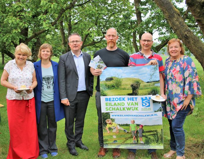 Recreatie-ondernemers op het Eiland van Schalkwijk gaan samen het gebied nog meer promoten. Derde van links wethouder Herman Geerdes.