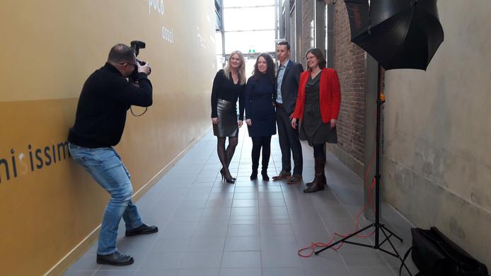 De VVD-fractie poseert voor de gemeentefotograaf tijdens de verkiezingsavond.