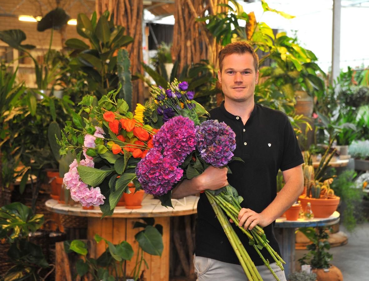 Bloemist Tom Siebers in de bloemenzaak in De Mortel.