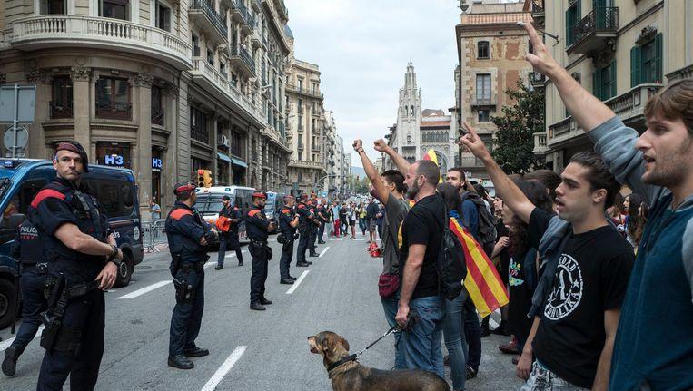 Voorstanders van de onafhankelijkheid van Catalonië staan in Barcelona tegenover de politie. Beeld epa