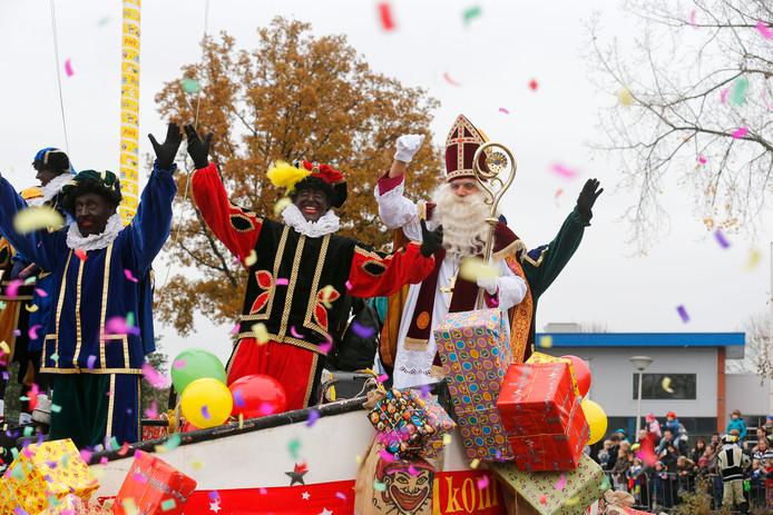 Aankomst van Sinterklaas met zijn stoomboot en Zwarte Piet in Eindhoven.