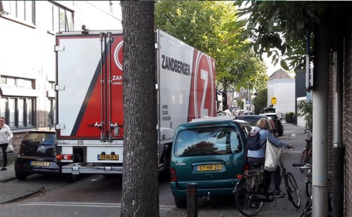 Vrachtwagen in de Zandbergweg in Breda.