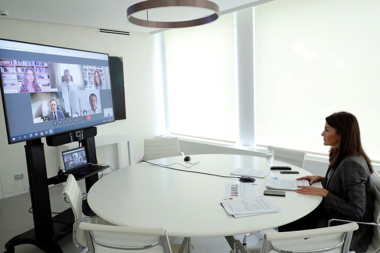 De Spaanse koningin Letizia kiest ook voor videobellen.  Beeld EPA