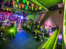 Erfgoedbende leert jongeren over de historie van Eindhoven, met een biertje