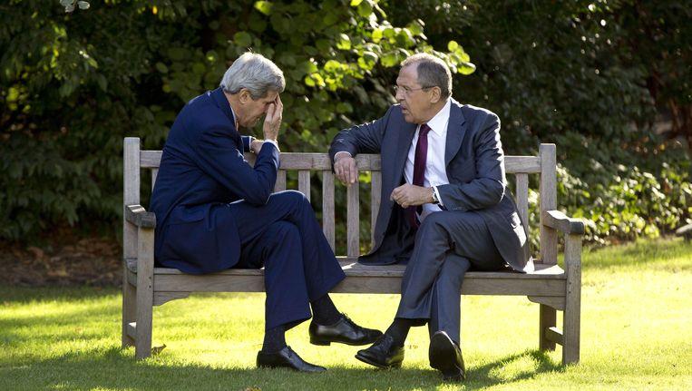 De Amerikaanse minister van Buitenlandse Zaken John Kerry (L) en zijn Russische ambtsgenoot Sergei Lavrov vorig jaar in Parijs. Beeld belga