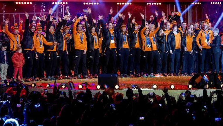 De Nederlandse olympische equipe gisteren op het podium tijdens de huldiging in Assen. Beeld anp