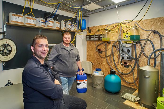 Twan Hoogzaad (links) en Patrick van der Heide in de laboratoriumruimte van de escaperoom in Sint Oedenrode. Deze kamer in het teken van een drugslab verhuist naar Schijndel.