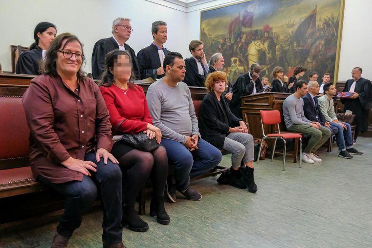 Anouk Van Gestel (uiterst links) en Myriam Berghe (rechts) staan samen met tien anderen terecht voor mensensmokkel.