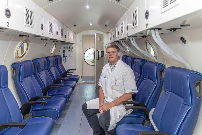 Medisch directeur Tjeerd van Rees Vellinga in de behandeltank van het Medisch Centrum Hyperbare Zuurstoftherapie.