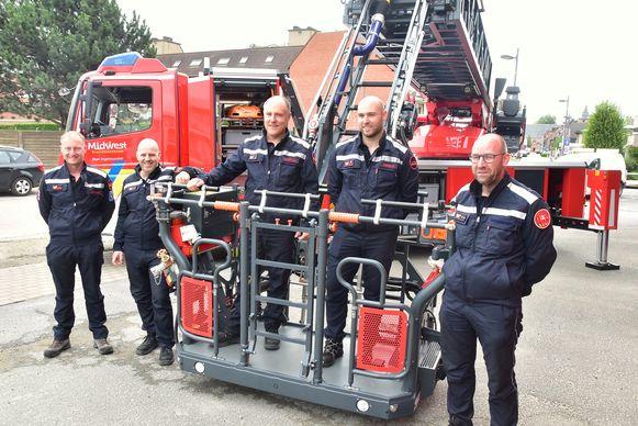 Deze brandweerlui van de post Ingelmunster zijn apetrots op hun nieuwe ladderwagen.