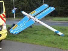 Auto klapt na uitwijkmanoeuvre op grote verkeerspaal bij Nieuw Heeten