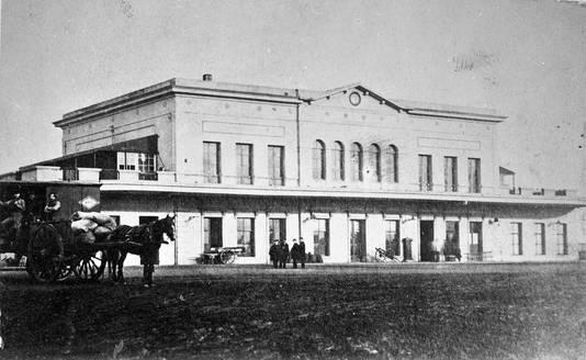 Het eerste Arnhemse station in 1865.