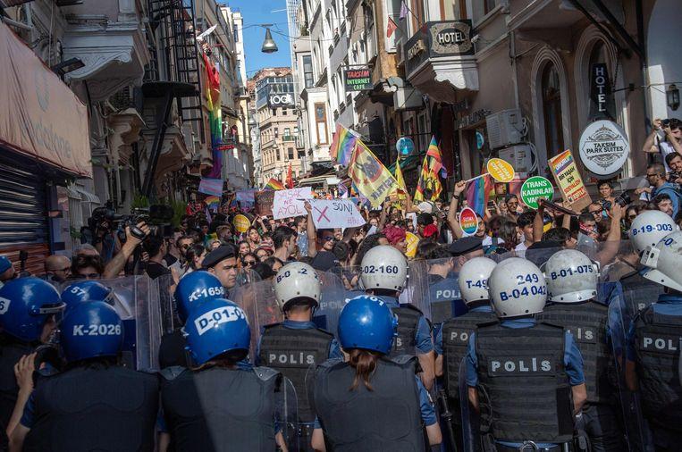 De oproerpolitie gebruikte traangas om de massa aan het Taksimplein uit elkaar te drijven.