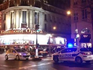 Angst regeert in Parijs: cinema's ontruimd, voetzoekers leiden tot paniek