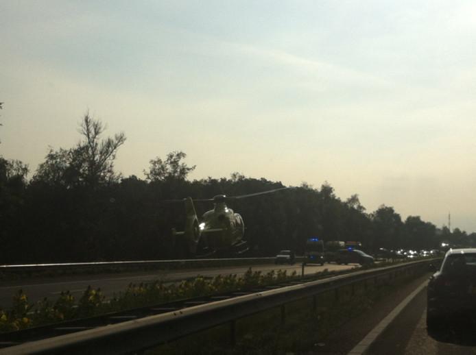 De traumahelikopter vertrekt met de gewonde motorrijder na het ongeluk op de A67. Foto ingestuurd door lezer Peter Portheine