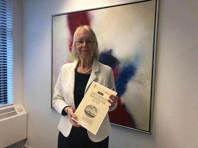 Burgemeester Francisca Ravestein ontvangt het eerste boek.