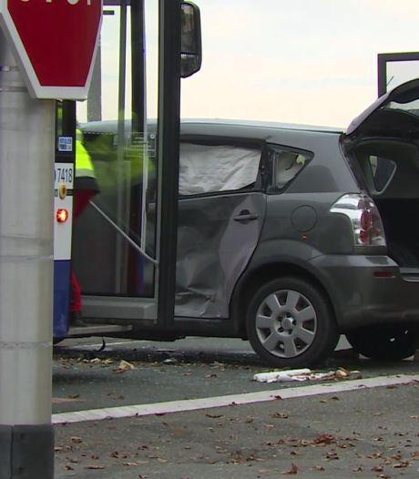 Lijnbus ramt auto gezin uit Deventer: vader (38) overleden, toestand moeder kritiek, drie kinderen lichtgewond