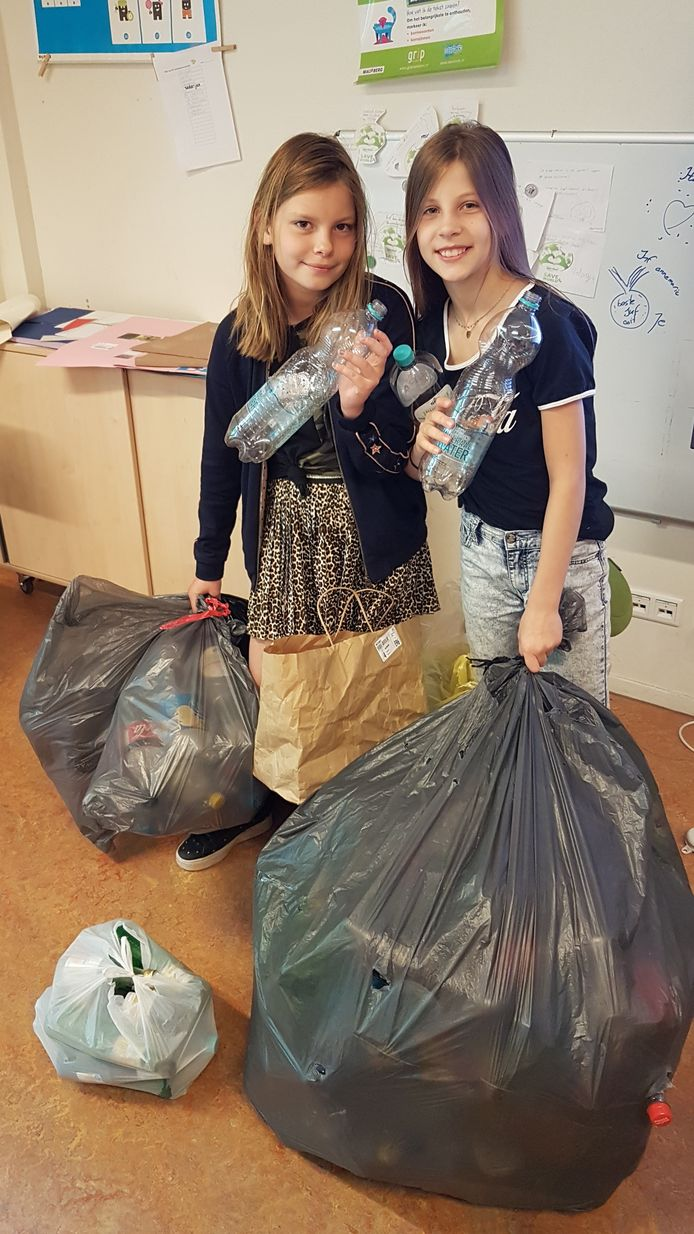 Lotte en Minke met hun zakken vol flessen.