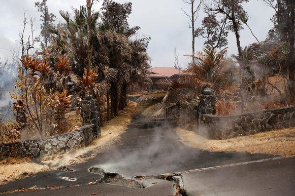 Vulkanische gassen ontsnappen uit scheuren in de weg.