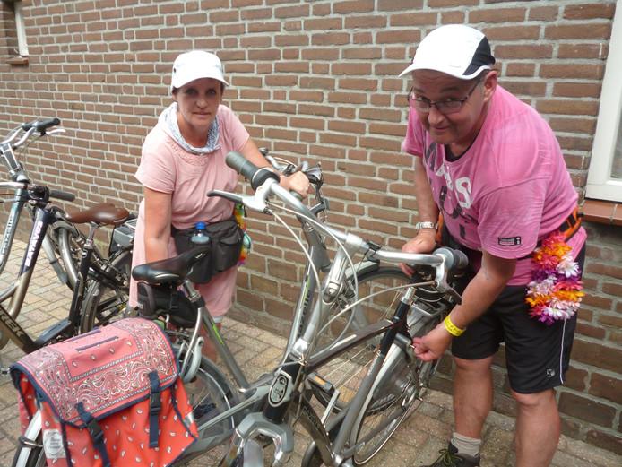 Hans Minten en Anja Wingens , wandelmaatjes uit Heesch, die na hun behandelbeurt op de fiets huiswaarts keren.