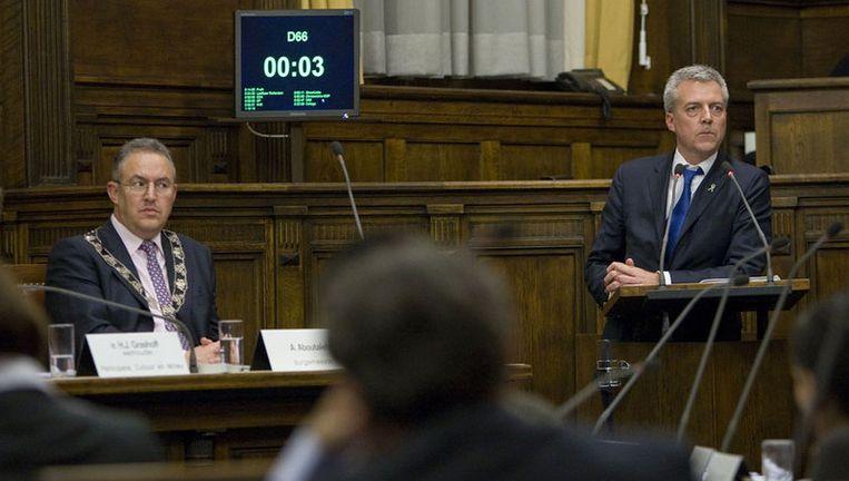 Marco Pastors (rechts) van Leefbaar Rotterdam neemt donderdag het woord terwijl burgemeester Ahmed Aboutaleb toekijkt tijdens de raadsvergadering in Rotterdam. Foto ANP Beeld