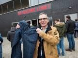 Kledinghaakjes uit treinen en spijkerbroeken als isolatie in kleedkamer sportpark Lunetten