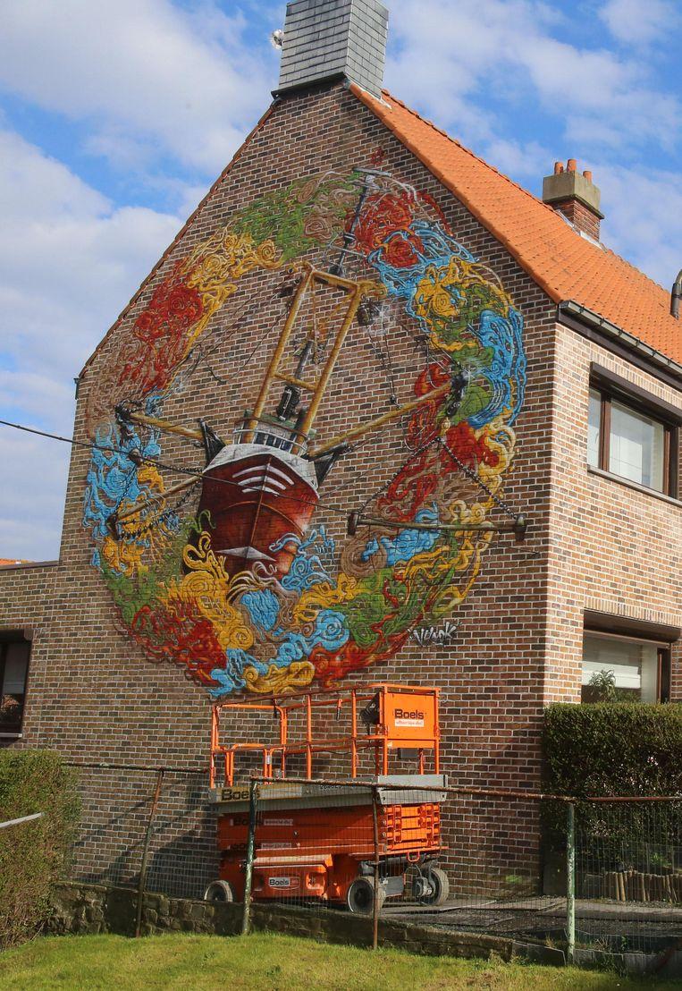 De vissersboot op de zijgevel van de burgemeester. Let ook op het kroontje van 'de keizer van Oostende' (inzet).