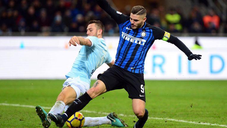 Lazio's Stefan de Vrij (links) in duel met Mauro Icardi, de superspits van Inter. De Vrij was hem zaterdag keer op keer de baas. Beeld Reuters