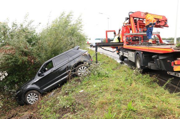 Een Range Rover belandde enkele meters lager in de gracht.
