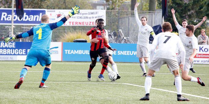 Terneuzen-speler Amidu Tanko wordt onreglementair tegengehouden tegen SC Gastel (wit tenue). Komend seizoen spelen de clubs niet tegen elkaar, tot onvrede van SC Gastel.