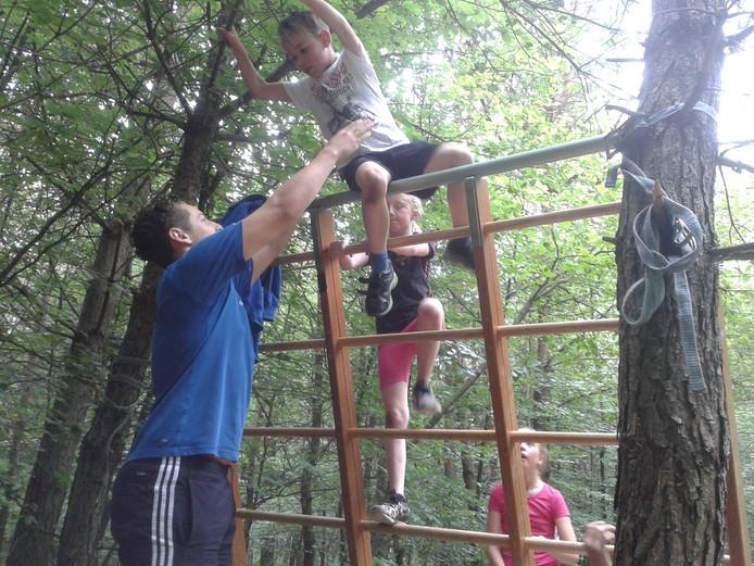 Met een beetje hulp klauterden de kinderen over de obstakels