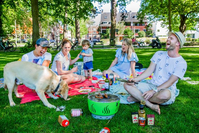 Vlnr Hond Theodore (7), Nathan(27) & Nikita (31) zijn net verloofd en komen uit Utrecht, Eline (30) & Rob (31) Versteeg & zoon Jip (1.5) komen uit Apeldoorn.