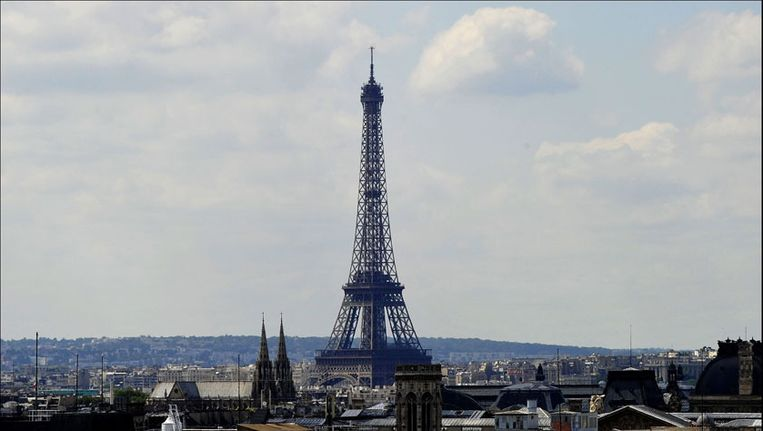Man Springt Van Eiffeltoren.Eiffeltoren Is 434 Miljard Euro Waard Bizar Hln