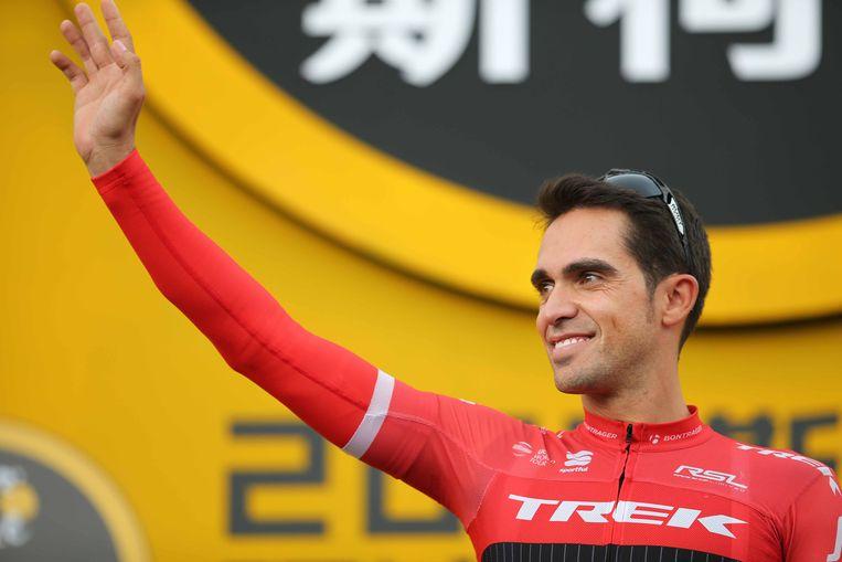 Contador groet het publiek.