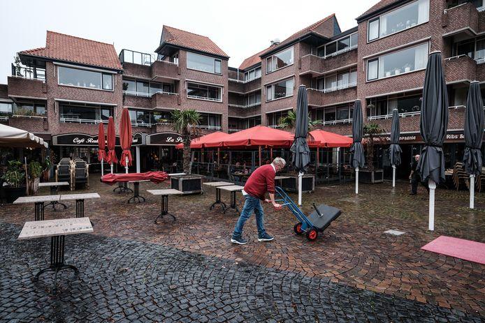 La Promenade in Winterswijk had al eerder besloten de terrassen op te ruimen. Nu blijkt dat vanaf woensdagavond overal de horeca op slot moet. Foto: Jan Ruland van den Brink