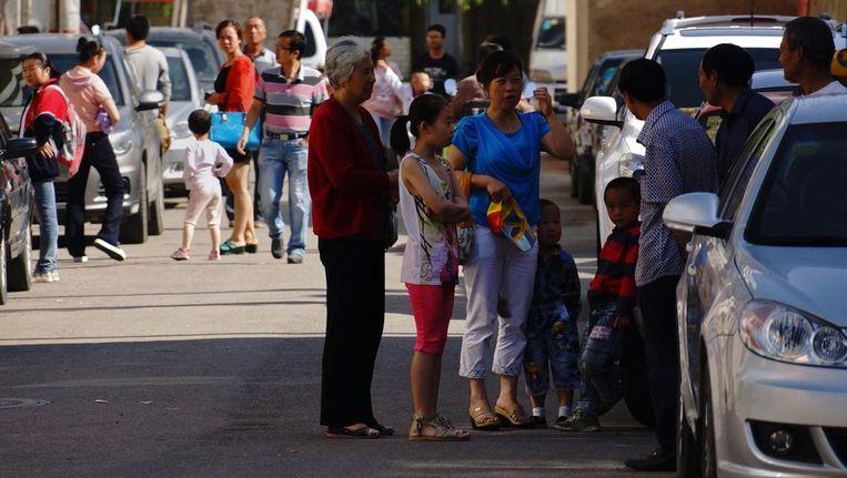 Inwoners van Dingxi gaan de straat op na de aarbeving. Beeld afp