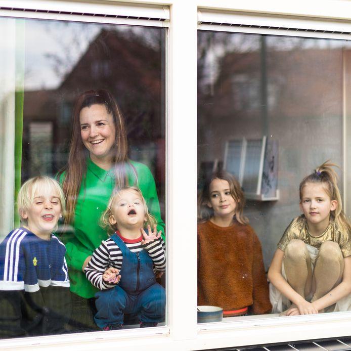 Annabel Jeuring en haar vier kinderen.