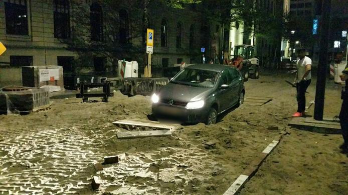 De automobilist bleef met zijn voertuig in het zand steken aan het Doelwater in Rotterdam.