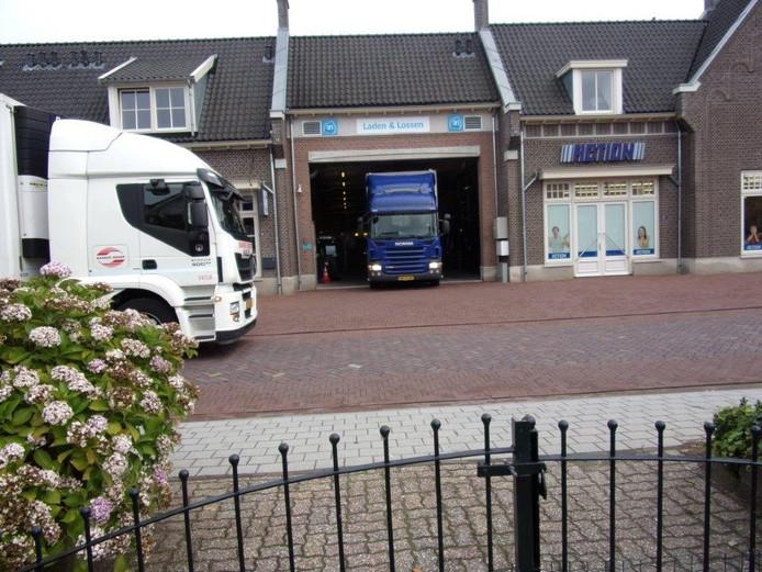 Vrachtwagens moeten achteruit insteken om Albert Heijn en Action aan de Valburgseweg in Elst te bevoorraden.